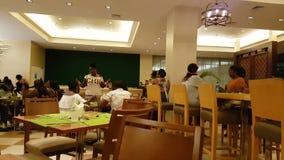 Люди имея потеху внутри танцев ресторана курорта в Панаме сток-видео