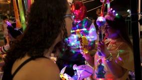 Люди имея потеху во время торжеств Дня независимости Израиля 69th сток-видео