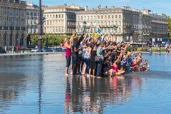 Люди имея потеху в фонтане зеркала в Бордо, Франции Стоковое Фото
