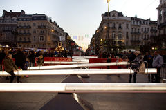 Люди имея потеху в seesaws внутри от фондовой биржи на зиме интересуют в Брюсселе Стоковое Изображение RF