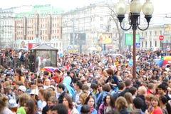 Люди имея потеху на празднике весны и пузырей Стоковое фото RF