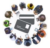 Люди используя приборы цифров с символом кредитной карточки стоковые изображения rf