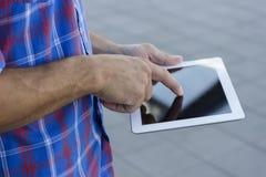Люди используя цифровой ПК таблетки стоковые фото