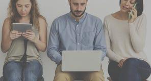 Люди используя цифровой прибор соединяются к интернету Стоковые Изображения