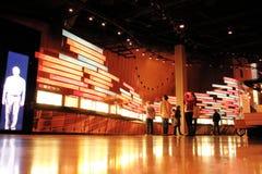 Люди, дисплеи и музей прав человека стоковые изображения rf