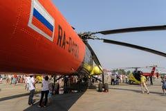 Люди исследуют вертолет MI-10K Стоковое Изображение
