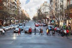 Люди и автомобили идут на улицу Стоковая Фотография RF