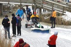 Люди и женщина катаясь на коньках на естественном льде, Нидерландах Стоковое фото RF