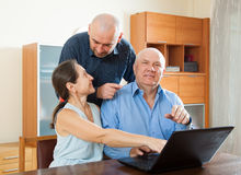Люди и женщина дома онлайн стоковое фото