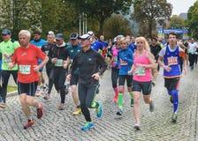 Люди и женщины бегут марафон Марафон в Германии, Магдебурге, 18 oktober 2015 Стоковое Изображение