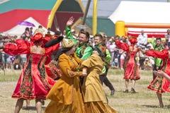 Люди и женщины в национальных костюмах танцуют традиционные народные танцы Стоковое Фото