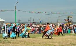 Люди и женщины в национальных костюмах танцуют традиционные народные танцы Стоковые Изображения RF
