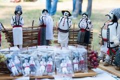 Люди и женщины куклы в молдавских национальных костюмах Стоковая Фотография RF