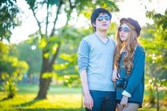 Люди и женщины нося солнечные очки паркуют в тени Стоковое Изображение