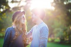 Люди и женщины нося солнечные очки стоя в середине natur Стоковое Фото