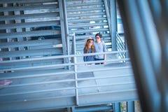 Люди и женщины нося солнечные очки стоя на const железного каркаса Стоковые Изображения RF