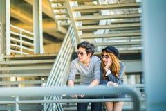 Люди и женщины нося солнечные очки стоя на const железного каркаса Стоковое Изображение