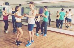 Люди и женщины танцуя bachata сальсы o Стоковые Изображения