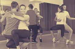 Люди и женщины танцуя bachata совместно Стоковые Изображения RF