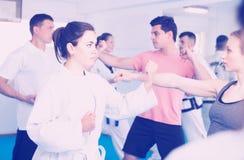 Люди и женщины учат карате Стоковые Изображения