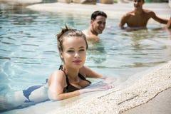 Люди и заплывание женщины в бассейне Стоковое фото RF