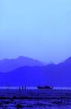 Люди и корабль на пляже Стоковая Фотография RF
