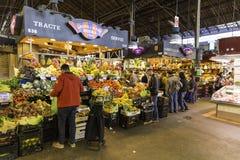 Люди и магазины в Sant Josep de Ла Boqueria Рынке в Барселоне Стоковое Фото