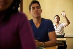 Люди и образование, студент спрашивая вопрос к учителю в univ Стоковая Фотография