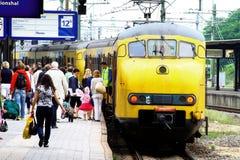 Люди и поезд на железнодорожной станции Utrecht NS платформы, Голландии, Нидерландах Стоковое Изображение