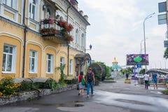 Люди идут вокруг погреба дом-вина в Podil, Украине, Kyiv редакционо 08 03 2017 Стоковое Изображение