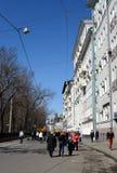 Люди идут вдоль бульвара Chistoprudny в городе весной Стоковое Фото