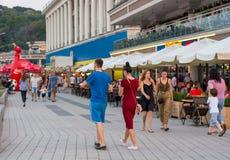 Люди идут вдоль обваловки около станции реки, сидят в кафе, ослабляют, Украина, Kyiv редакционо 08 03 2017 Стоковое фото RF
