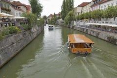 Люди идут вдоль реки Ljubljanica в Любляне, Словении Стоковая Фотография