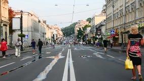 Люди идут вдоль улицы Sagaydachnogo Украина, Kyiv, улица Sagaydachnogo, Podil редакционо 08 03 2017 видеоматериал