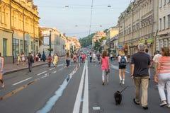 Люди идут вдоль улицы Sagaydachnogo, Украины, Kyiv, редакционного 08 03 2017 Стоковые Фото