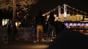 Люди идут в парк на ноче акции видеоматериалы