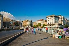 Люди идут ежедневно мостом Galata 24-ого августа 2013 в Istanbu стоковое фото