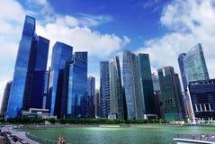 Люди идут и ослабляют наряду с рекой Сингапура Стоковое Изображение