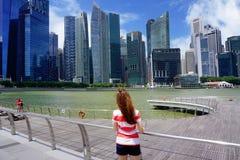 Люди идут и ослабляют наряду с рекой Сингапура Стоковое Фото