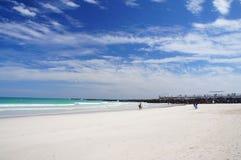 Люди идут и ослабляют на солнечном южном пляже Майами Стоковая Фотография RF