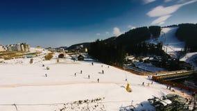 Люди идут кататься на лыжах в лыжном курорте Timelapse сток-видео