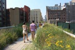 Люди идут на деревянный путь парка Highline Стоковое фото RF