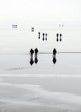 Люди идут на лед стоковое фото rf