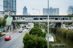 Люди идут на мост скрещивания города в дороге Silom, Бангкоке Стоковая Фотография RF