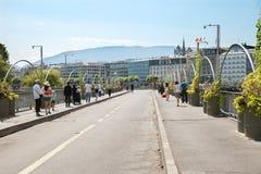 Люди идут на мост Bergues над Роной на горячий летний день Стоковая Фотография RF