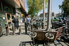 Люди идут на преграженный тротуар от мотоциклистов в толпить городе стоковые фото