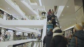 Люди идут на эскалатор акции видеоматериалы
