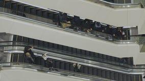 Люди идут на эскалатор сток-видео