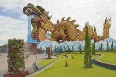 Люди идут перед музеем выходцев дракона в Suphan Buri, Таиланде Стоковые Изображения