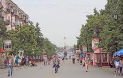 Люди идут пешеходной улицей в Челябинске, России Стоковое фото RF